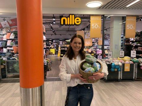 PÅSKE-EGG AKSJON: Senterleder Cathrine Løkken Jensrud ved Amfi-senteret på Raufoss, har i samarbeid med Nille og Frelsesarmeen startet en innsamlingsaksjon for donering av påske-egg.