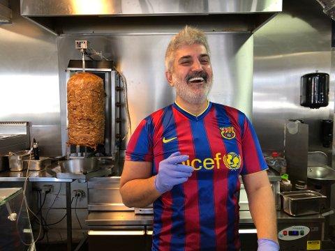 SMILEFJES: Mansoor Weliam Mansoor hos San Marino Pizza var en av dem som fikk besøk av mattilsynet i september. Tilsynet konkluderte med smilefjes til restauranten.