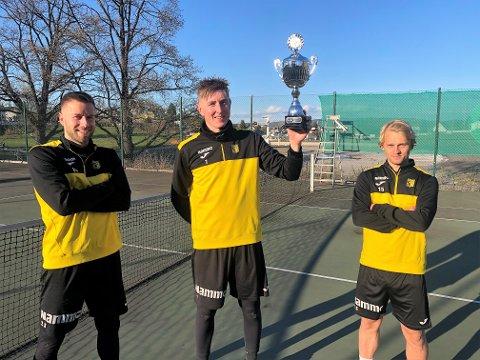 Ole Kristian Lauvli kunne heve sesongens første pokal etter å ha vunnet finalen i fotballtennis sammen med Rino Lund Johnsen (t.v) og Martin Petterson Heiberg.