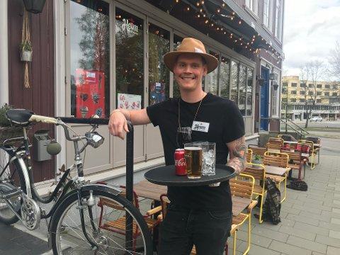 KLARE FOR FOLKEFEST: På utestedet Heim ønsker bartender Sivert Furuseth gjestene velkommen både ute og inne på 17. Mai.