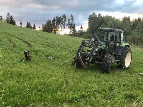 KASTET UT: Mannen ble funnet utenfor traktoren.
