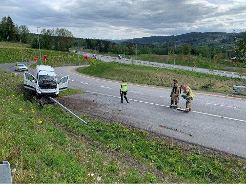 FYLLEKJØRING: En mann er siktet for fyllekjøring etter at han kjørte av vegen og ned en lyktestolpe på Jaren. FOTO: Sissel Skjervum Bjerkehagen, Ringerikes Blad