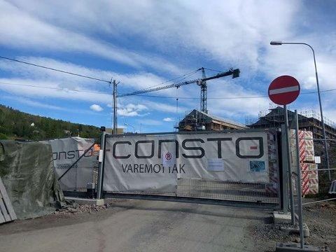 KORONASMITTE: Byggeplassen ved Hovlitunet i Søndre Land er torsdag stengt ned på grnn av at en person har testet positivt for koronavirus. I 15-tida fikk de ansatte informasjon og kunne forlate arbeidsplassen.