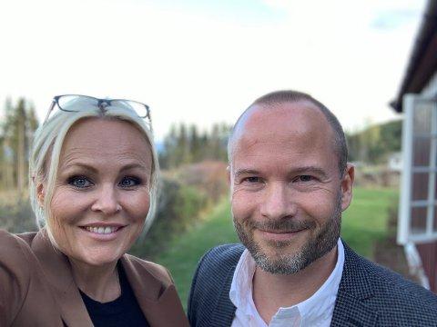 TRAVELT: Daglig leder Camilla Lund og eiendomsmegler Kristoffer Røhne i Nordvik hadde 30 på førstegangsvisning på en bolig nord for Gjøvik, onsdag.