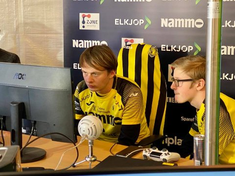 FINALISTER: Jonas Kvål (t.v.) og Jonas Myhrhaug Kristiansen imponerte stort og spilte Raufoss esport fram til sluttspillsølv i eserien i FIFA20..