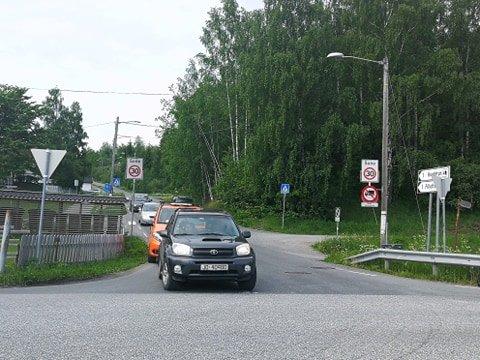30-SONE: I Mathias Topps veg er det egentlig 30-sone, men mange bilister følger ikke fartsgrensen. Hunnshovde barnehage mener skiltet ved Raufossvegen kommer for brått på, og ønsker bedre skilting. Øystein Skinnerlien sier det ikke er mulig.