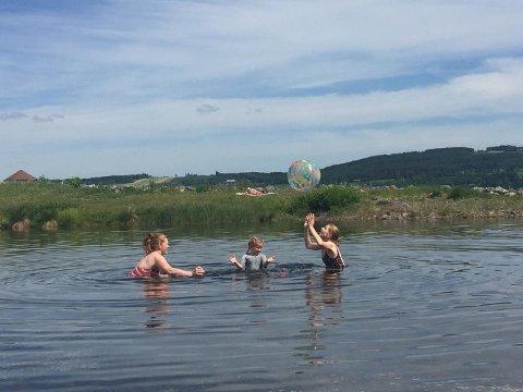 BADER: Temperaturene kan friste til årets første bad. Her er Monika Villumstad, Ida Eika og Maren Eika i Fredvika på lørdag.
