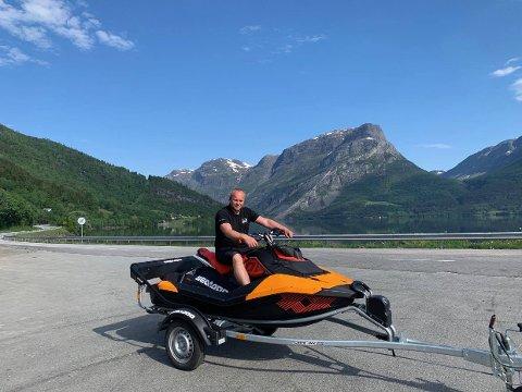 STOR PÅ VANNSKUTER: Rune Wangensteen hos Vang Auto-service selger mange vannskutere til folk på både Mjøsa og Randsfjorden. Nå er han snart utsolgt.