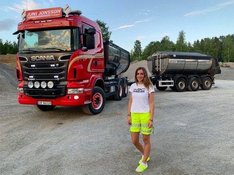 Juni Jonsson sammen med ekvipasjen hun daglig frakter asfalt med.