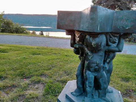 STJÅLET: Denne 1,3 meter høye bronsestatuen forsvant trolig fra Grimebakken forrige helg.