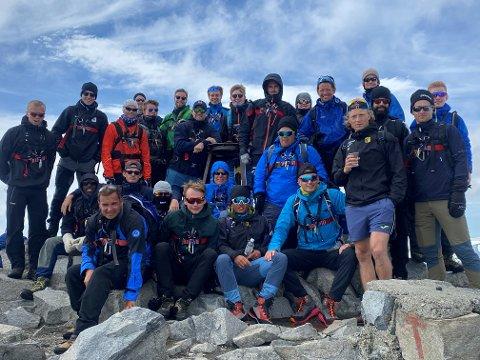 TIL TOPPS: Hele Raufoss-troppen kom seg til toppen av Galdhøpiggen.