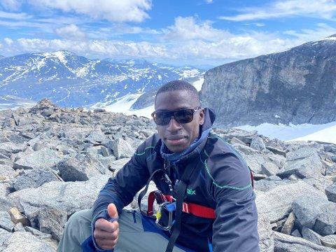 FJELLGEIT: Solomon Owusu kom seg helt opp på 2469 meters høyde i sin aller første fjelltur.