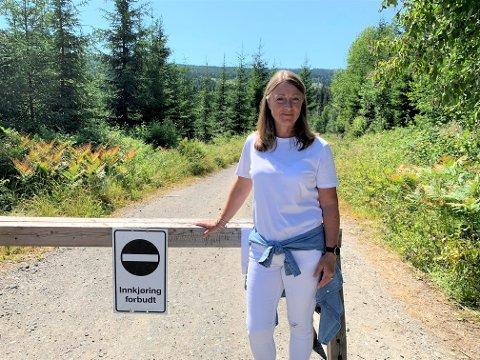 BOM STOPP: Gry Pernille Aas Rolid har satt opp bom for å unngå at veien sperres av parkerte biler.
