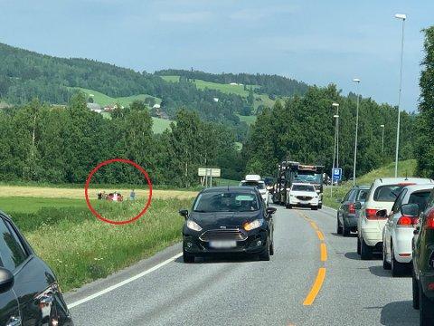 PÅ JORDET: Bilen havnet på jordet, og politiet føler seg ikke helt trygge på forklaringen fra den kvinnelige sjåføren.