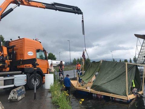 KRANBIL: Her dras flåten til Erik Forberg og Torgeir Knutsen opp fra Skibladnerkaia med kranbil.