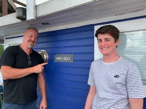 SAKTEFERIE: Seig i siget er ingen racerbåt, men det er lett å finne roen om bord. Her er Frank Robert og sønnen Michael Sandberg.
