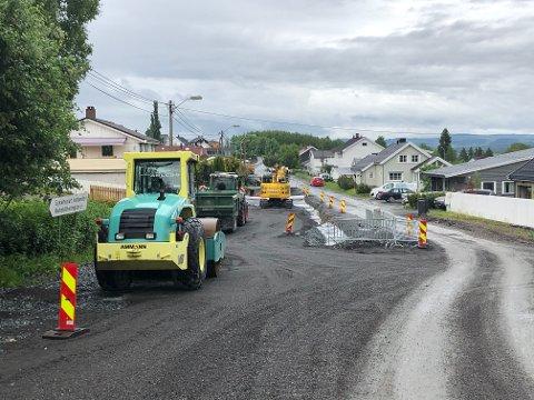 STENGT: Arbeidet er i gang i Føllingstads veg, og det skal vare gjennom sommeren.