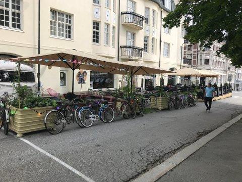 100.000 PER PARASOLL: – Det er behov for å skape et mer helhetlig estetisk bybilde og permanente løsninger av høy kvalitet, sier byutvikler Svein Hoelseth i Gjøvik kommune.