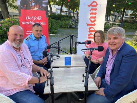 UTE: Markensgeneral Rune Aasheim (f.v.) og brannsjef Bård Henriksen på Østre Toten er ukas gjester hos Stina Håkensbakken Roland og Erik Sønstelie i OA-podden.