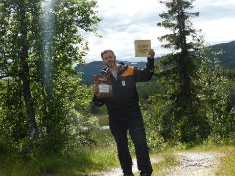 SKATTEJAKT: Finner du en slik boks har du vunnet gratis fiske i 100 år, sier Truls Vesterås, fjelloppsyn i Torpa Statsalmenning.