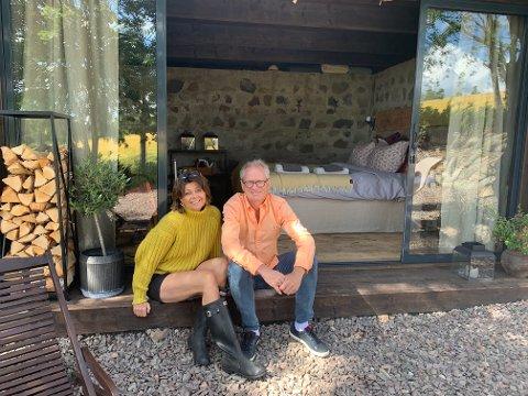 NYVINNING: Eva og Patrick Braastad har pusset opp en gammel grillhytte til romantisk steinhytte med overnattingsmulighet.