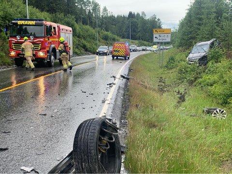 Den ene bilen mistet et hjul og havnet i grøfta etter smellen.