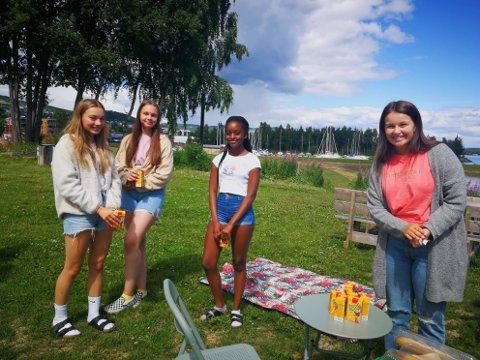 FRA LENA: Ruby Feste Hunter, Melissa Jensen og Sara Mutaza er fra Lena ungdomsskole. Til høsten begynner de i 9.klasse. Til høyre er Hedda Granum Evensen, som har sommerjobb som arrangør på sommerchill.