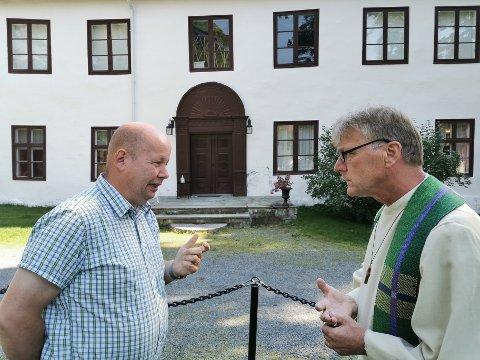 SAMTALE PÅ UTEGUDSTJENESTE: – Det er naturlig for meg å stille opp på ulike samtaler omkring tro og tvil, sier ordfører Torvild Sveen, som har dialogpreken med sokneprest Ole Jacob Nyhus søndag.