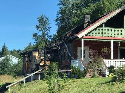 OVERTENT: Brannvesenet klarte ikke å redde mye av huset, men ingen ble skadet i brannen på Reinsvoll.