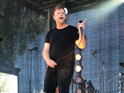 STIKK: Gaute Lein Ausrød har brukt sommeren på å jobbe i skogen. At vokalisten tar seg ordentlig jobb, blir det naturligvis en ny vise av.