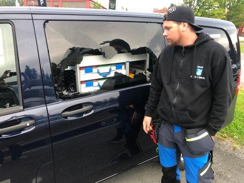KNUST RUTE: Slik fant driftstekniker Patrick Furuseth Nilsen kommunes bil utenfor Campus Arena torsdag morgen.
