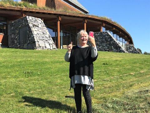 SELFIE: Anne Marit Jacobsen falt pladask for Seegård kirke og Snertingdal. Fredag kommer hun til bygda med forestillingen  «Ro mitt hav».