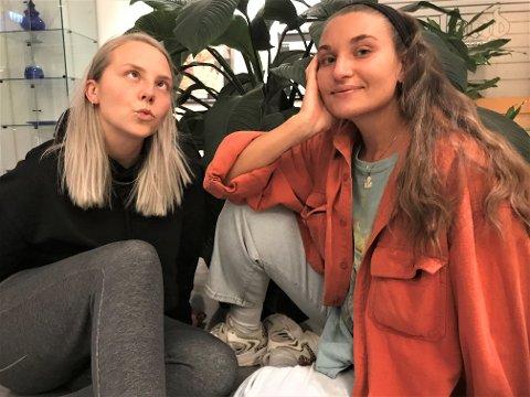 SOMMERAVSLUTNING: Marie Gram (t.v.) og Nora Jabri er ute med sjette og årets siste utgave av podkasten Sommer uten sensur.