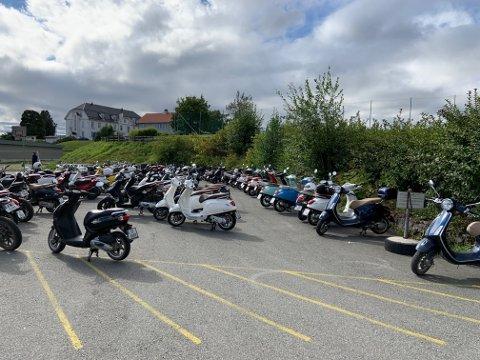 PARKERT: Mange ungdommer fikk seg en overraskelse da de parkerte mopeden ved Gjøvik videregående skole onsdag. Statens vegvesen sto da klare for å kontrollere dem.