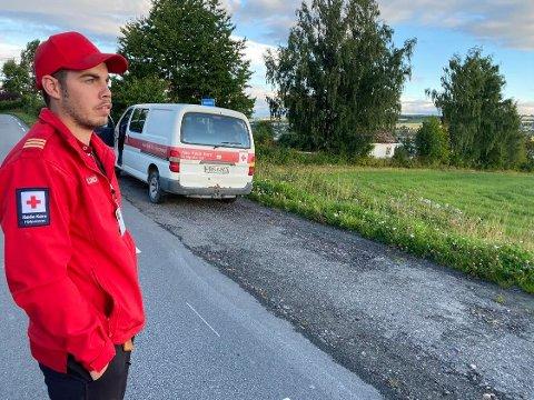 Lars Magne Furulund fra Nes Røde  Kors Hjelpekorps er ved brygga på Helgøya og bidrar i søket etter en savnet båtfører.
