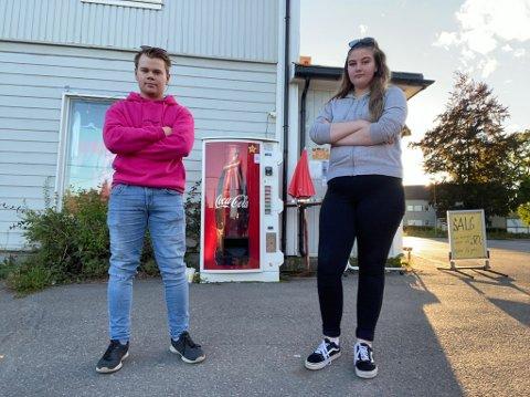 DYR BRUS: Handelen på denne brusautomaten kostet Kristian Kolstad og Jessica Hestnes dyrt.