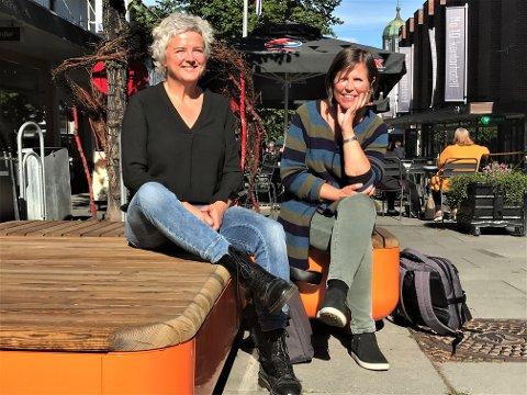 PÅ STEMMFISKING: Kristin G. Gilje (t.h.) og Lisbeth Eilertsen i Vestoppland kammerkor, inviterer alle som vil være med å synge til åpen øvelse i Gjøvik kirke onsdag kveld.