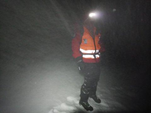 Dette møtte letemannskapene natt til søndag på Galdhøpiggen. Snøfokk og sterk vind.
