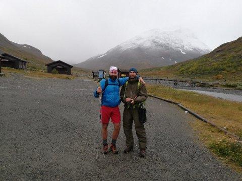 Remi Grinius sammen med en av turkameratene ved Spiterstulen før de startet turen mot toppen av Norge.