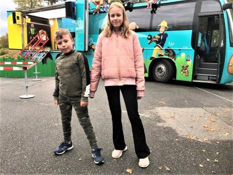 SUPERFANS: Søskenene Thea Eline Tungvåg Ekseth og Emre Tungvåg Helli sørget for å få  Superbussen til Snertingdal skole.