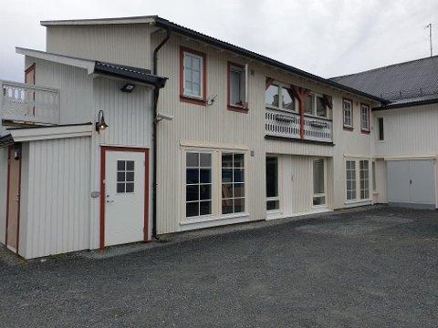 NYE LEILIGHETER: I bakgården til Husflidens gamle lokaler står to nye boliger snart klare til utleie. Else-Marit Steinstad Bakke gleder seg til det står ferdig.