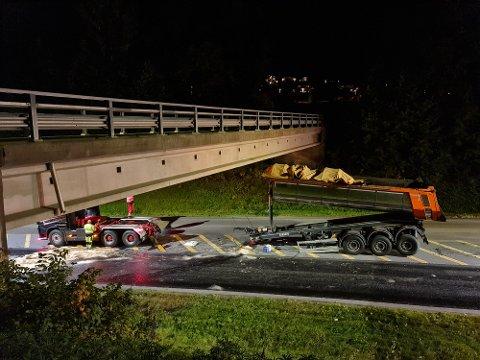 KOLLISJON: Tippen med asfalt klinket inn i brua over riksvei 4 natt til tirsdag.