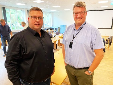 TRANGT ØKONOMISK: Kommunedirektør Tom Rune Bratlien og stabsleder John Løvmoen i Nordre Land kommune la fram heller lite lystige tall for merforbruk i år.