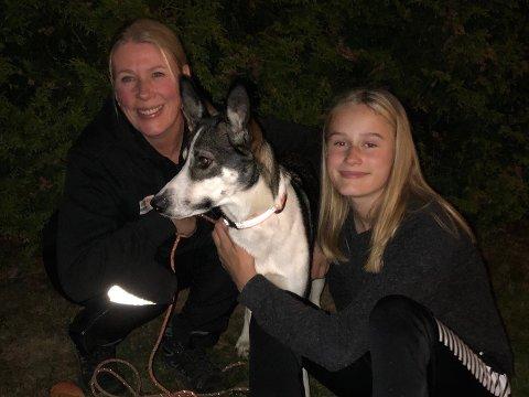DELTOK I LETEAKSJONEN: Astrid Synnøve Bredesen og datteren Marion sammen med familiens hund Akira.