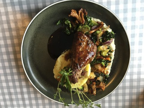 SMAKFULLT: Trøffel i potetstappa og nydelig jordskokkpure samt kantareller og grønnkål var helt suverent til kalven.