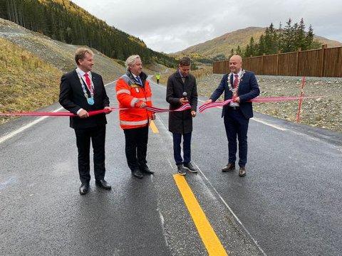 ÅPNET: Samferdselsminister Knut Arild Hareide klippet snora og markerte at E16-strekningen fra Øye til Borlaug er åpnet.