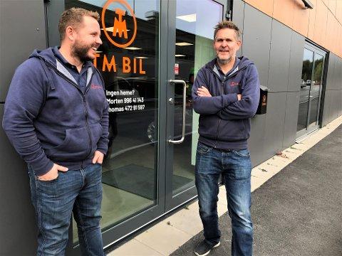 BUTIKKDRØM: Thomas B. Olsby (t.v.) og Morten Syversen hadde vært kolleger på Topp Auto i Gjøvik i 10 år før de for noen måneder siden bestemte seg for å starte TM Bil i Brumunddal.