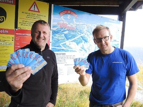 LOKKER: Harald Kulhuset og Harald Høyvik i Valdres Alpinsenter lokker med gratis sesongkort til barn under 14 år. Foto: Ingvar Skattebu