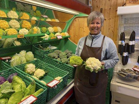 FAVNEN FULL: Inger Fremstad ved Sogstad gardsbutikk på Lena selger grønnsaker og poteter som mildt sagt er kortreiste. Med disse kan du trylle, enten du er vegetarianer eller bare vil inkludere mer grønnsaker i kostholdet ditt.FOTO: PER A. BORGLUND