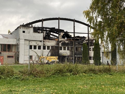 ETTERFORSKES: Krimteknikere er på plass ved brannstedet i Moelv onsdag kveld.